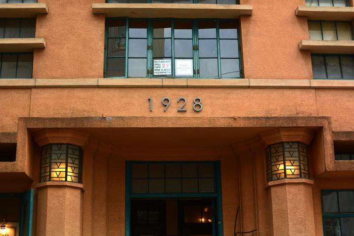 旧毎日新聞社京都支局があったビル「1928ビル」。1928とはこのビルが竣工された年になります。 現在はカフェやギャラリーなどが併設された建物になっていて、三条通と御幸町通の交わる場所にあります。