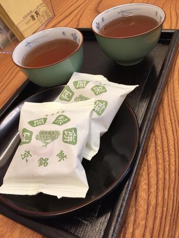 1個ずつシンプルな袋に入っています。 あたたかいお茶ともよく合います。お店にちょうどいい長椅子が置かれているので、ちょっとした休憩にいいですね。