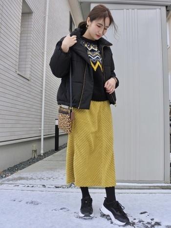 """実は、それぞれの季節に合ったトーンを選ぶことで、オールシーズン大活躍してくれる『黄色』。特に暗い色が多くなりがちな冬にはぴったりのカラーなんです♪ まずは合わせやすい""""スカート""""から取り入れていきましょう!"""