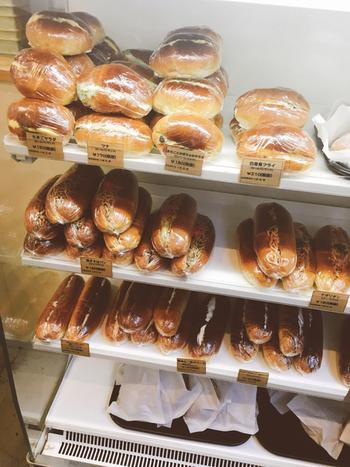焼きそばパンやカツサンド、あんバターなどいろいろな具材をサンドしたコッペパンやロールパンが並んでいます。