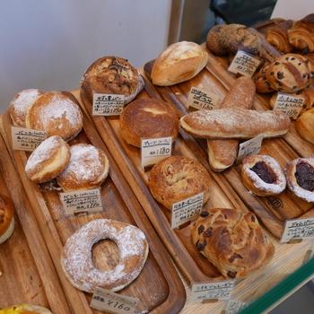コッペパンサンドの他、あんぱんやドーナツなどのシンプルなパンや「ル・プチメック」の定番のパンも買うことができます。 どれも美味しそうでいろいろ買ってしまいますね。