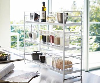 スタイリッシュなデザインが人気の「tower(タワー)」シリーズのキッチン収納ラック。スリムなスチール製だからコンロ奥にも置けるので、スパイスラックとして使えます。  カトラリーポケットとフック付きだから、菜箸やキッチンバサミも一緒に収納できるのが嬉しいポイント。