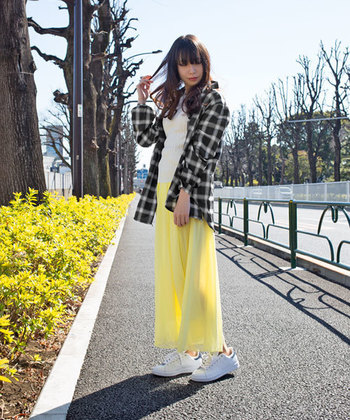 シフォン生地で作られたスカートは、ふんわりとした質感があたたかな春にぴったり♪マキシスカートなら、パステルカラーでもかわいらしくなりすぎず、落ち着いた着こなしに。