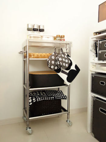 スチールラック・メタルラック・ウッドラック・調味料ラック・シンク下用収納ラック……収納ラックと一言で言っても、用途も形もさまざまです。  キッチンの収納を増やしたいと思っている人は、収納ラックを使ってムダなスペースをかしこく活用。すっきりとした使いやすいキッチン収納を実現してみてはいかがでしょうか。