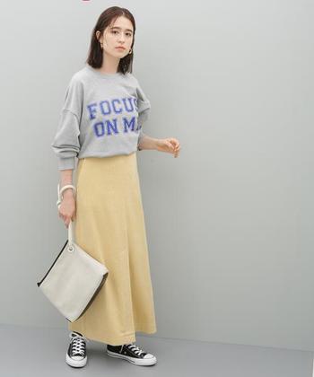 コーデュロイのスカートなら、あたたかみのある着こなしに。カジュアルな印象を持つコーデュロイも、鮮やかな黄色を選べば、こんなにも上品な雰囲気に♪