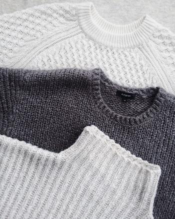 寒さ対策としてニットやトレーナーなどを重ね着する人もいますが、寝返りが打ちにくくなるため、あまりおすすめできません。暖かくしたい時は、布団の選び方を工夫してみましょう。
