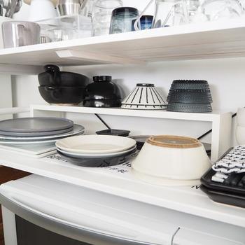 食器を収納している上のスペースが空いていてもったいないと感じていませんか? コの字ラックを置くだけで収納も2倍にアップできますよ。こちらのブログでは、ニトリで売られているコの字型ウォールシェルフを代用しているそう。