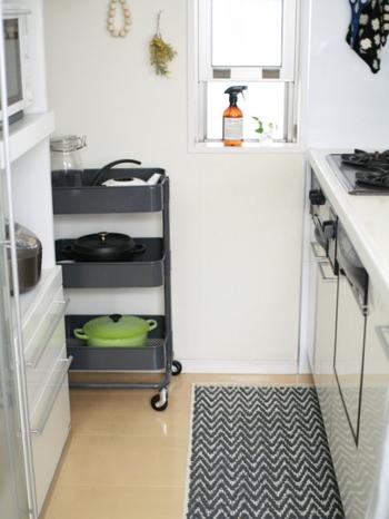 食器棚と壁の隙間が空いていたりしますよね。ちょっとした隙間もラックを使えば立派な収納スペースに早変わり。キャスター付きなら取り出しやすく、掃除もしやすいので、取り出しやすい場所にもおすすめです。