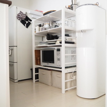 調理器具や食器、食品…なにかと物が多いキッチン。「収納場所が足りない!」と思う人も多いのではないでしょうか? そんな時は収納ラックを使うとデッドスペースを有効活用できますよ。さまざまな収納ラックを使ってキッチンをすっきりさせましょう。