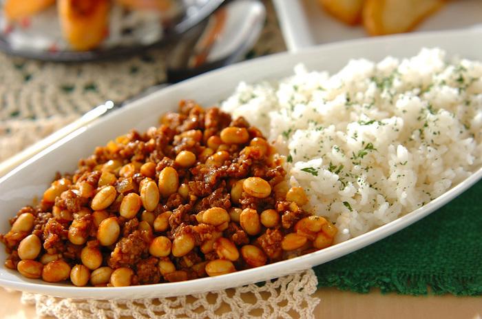 大豆の水煮缶を使って作る「大豆ドライカレーライス」はお肉を控えめにその分大豆をたくさん入れればダイエット中の方にオススメの一品になります。食べ応えもあるのでお弁当にしても、オムレツのように卵で包んでも◎。