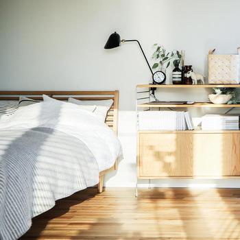 お気に入りのアロマや北欧雑貨を置いたら朝目が覚めるのが楽しくなるかもしれません。スチールと木目がミックスされた家具は、それだけでナチュラルモダンに。スタイリッシュな家具を、ベッドサイドに取り入れてみては。