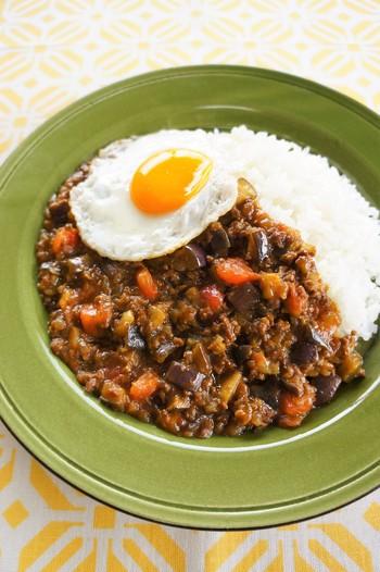 キーマカレーはひき肉がポイントになりますが、お肉の量を減らしてその分野菜を追加しても美味しくできちゃいます。今回はナスとトマトをふんだんに使ってお肉の旨みをしっかり吸い込んだなすが大活躍してくれています。他にもセロリや人参などお好みでお野菜を増やしても◎
