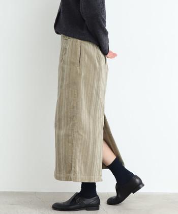 タイトスカートはその縦長のシルエットが最大の魅力。下半身をスッキリ見せてくれるので、冬のボリュームアイテムも簡単に素敵に着こなせるんですよ。