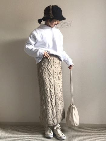 技ありロングのタイトスカートは同系色でまとめつつあえてトップスはパーカーをセレクトし自分らしさを演出。とってもおしゃれで早速真似したいコーディネートです。