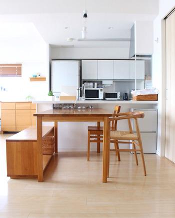 清潔感あふれる白とオーク材の家具がシンプルなダイニングキッチン。シンプルなナチュラルモダンは、直線の家具を多めに取り入れるのもポイント。オーク材は明るすぎず暗すぎず男女問わず受け入れられる素材です。