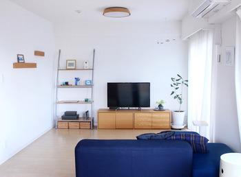 無印良品の家具でシンプルにまとめられているリビング。ソファは部屋の中でも大きな割合を占める家具です。ソファひとつで部屋の印象が左右されるので、ナチュラルモダンにしたいときは、スタイリッシュなソファを選びましょう。