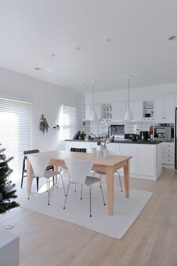 モノトーンを基調にした北欧風ナチュラルモダンなダイニングキッチン。木目の割合が少なめですが、ワンポイントで持ってくることで、ダイニングテーブルが一際目立つ存在になっています。家族が集まって食事をするダイニングには、ぬくもりのあるテーブルを選んでみては。