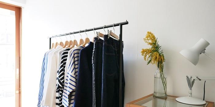 清潔感あふれる店内に、発売から2年以内のきれいなリユース古着が揃えられたretore(レトレ)。シンプルコーデが好きなキナリノ読者にはぴったりのお店です。