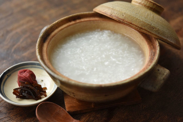 こちらが基本のお粥の作り方。お米に対する水の量と、弱火でじっくり火にかけることがポイントです。体調を崩してしまった時など、いざと言うときのためにも覚えておきたいレシピです。
