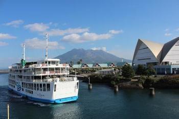 まずはじめに、鹿児島屈指の観光スポット・桜島へ行きましょう。桜島にはフェリーで渡ります。約15分で到着しますよ。