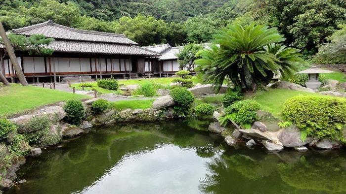「⻄郷(せご)どん」のロケ地にもなった『仙巌園(別名:磯庭園)』。薩摩藩主、島津家の別邸として築かれました。2015年には「明治日本の産業革命遺産」として園一帯が世界文化遺産に登録されています。  別邸ですが、一時、29代・島津忠義の頃には、本邸として使用され、「迎賓館」の役割も兼ねていました。御殿の様子から、この地を700年もの間治めてきた島津家の栄華、当時の暮らしぶりに触れることができます。