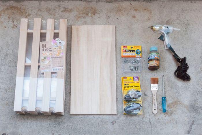 準備する材料はこちら。 ネジや釘は、木の厚みに合ったサイズを選びましょう。塗装はお好みですが、ニスを塗れば、水分や泥汚れ防止にも効果的なだけではなく、どこかヴィンテージのような雰囲気が出ます。