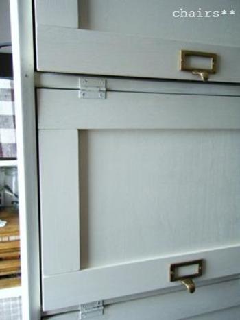 市販のカラーボックスを使えば、1から組み立てる手間がなく簡単です。  扉はお好みですが、付けたほうが中身が見えないため、すっきりとした玄関を演出できますね。