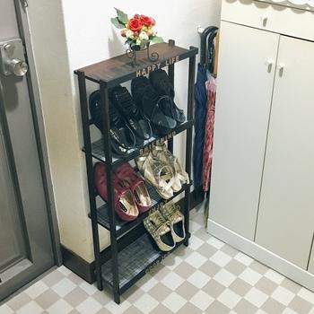 狭い玄関でも置きやすいラックはこちら。 棚板と棚板の間に、ポールを取り付けることで、靴を斜めに収納できるため、狭い幅でも十分収納できるようになります。  既存の棚にポールやつっぱり棒を取り付けても◎