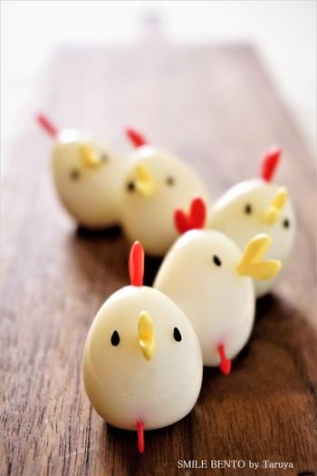 茹でたうずらの卵に、ハートのピックを指すだけのアイデアレシピ。 2本のピックと、黒ごまだけで出来ちゃいます。 お弁当箱を開けてこのニワトリちゃんが居たら、思わず微笑んでしまいます。