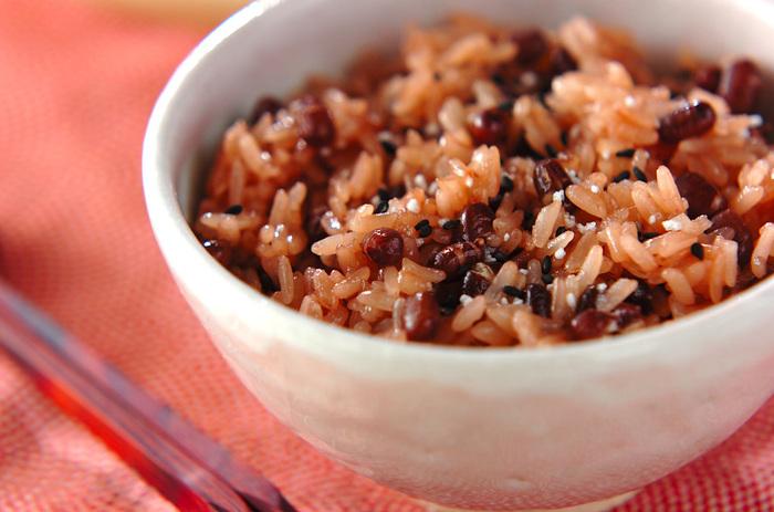 お正月後ならきなこや小豆の他に、もち米も余っていませんか?小豆ともち米があるなら、ぜひお赤飯を炊いてみましょう!炊飯器任せでも小豆はふっくら、もち米は綺麗な小豆色に染まりもっちり炊き上がりますよ。初めてでも簡単なのでぜひお試しを♪