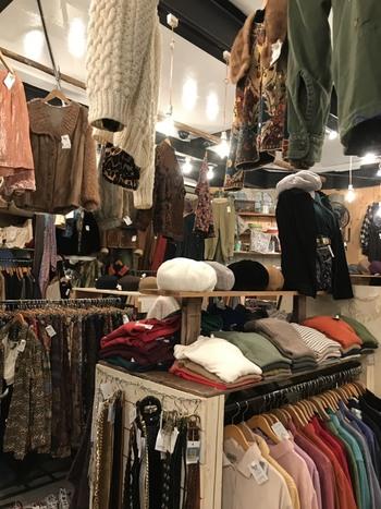 店内に所せましと並ぶ古着たちは、ベーシックなものも多く、古着初心者さんでも安心してチャレンジできます。