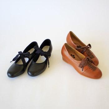 素敵な靴って、たくさんありますよね。 スニーカーにパンプスに革靴にバレエシューズにと、種類も豊富でデザインも様々。 心ときめく靴に出会い、ついついたくさん増えてしまってシューズクロークに入らない、なんて人も多いのではないでしょうか。