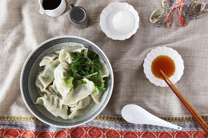牡蠣を丸ごと一個、香菜と一緒に餃子の皮に包んで茹でた「牡蠣と香菜の水餃子」。一口噛めば口いっぱいに芳醇なミルクの香りが広がる牡蠣好きにはたまらない旨さ凝縮レシピです。包むだけで簡単に作れるのも嬉しいですね。生クリームのタレやタバスコタレなどつけダレにもこだわるとさらに楽しめます。