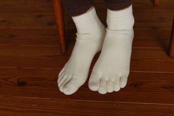 シルクとオーガニックコットンで作られた、シンプルな五本指の靴下。冷え取りの一枚目に履くソックスとしても、人気のアイテムです。丈夫で長持ちしてくれるので、デイリーに使いたい一足ですね。