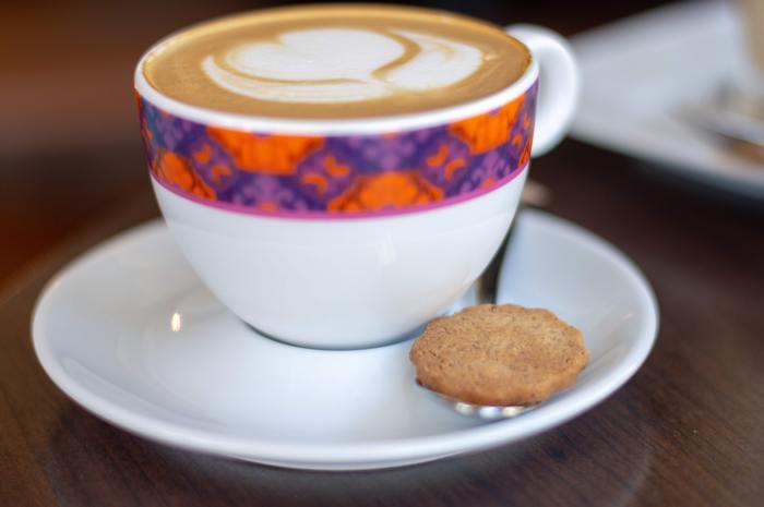1000円のコーヒーは、結構な贅沢ですよね。ラグジュアリーなホテルのラウンジで、1杯1000円のコーヒーを飲んでみませんか?いつもと違う高級なコーヒーカップや、豊かな空気感を味わいましょう。場所が人を作るのです。