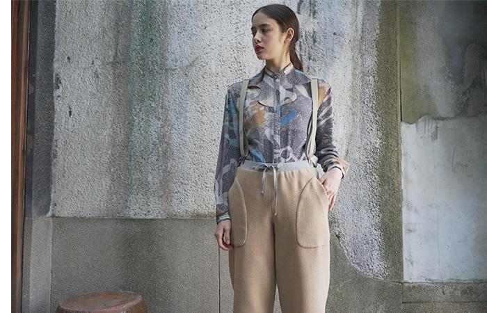 ウール100%で、しっかりとした厚みのあるサスペンダーパンツです。裾を絞ればスウェット風に着こなせますが、絞らずに履けばワイドパンツ風に。ナチュラルにもカジュアルにも、テイストを選ばず合わせやすいアイテムですね。
