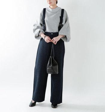 コットン素材で、しっかりしているのに軽く着こなせるサスペンダー付きのパンツです。すとんと落ちるシルエットが、大人の女性にもぴったりな上品さをアピールできます。