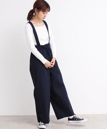 まるでピエロが履いているような、ゆったりとしたシルエットが特徴的なサスペンダー付きのパンツ。シンプルなワイドパンツとしても着用できますが、ウエストの紐をギュッと絞ってシルエットに変化をつけるのも◎