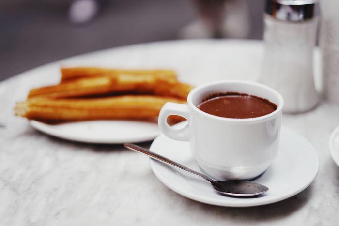 高級ブランドのホットチョコレートは、1000円以上することも。でもいつものコーヒーや紅茶代に+1000円すれば、濃厚なチョコレートでプチ贅沢を味わえます。