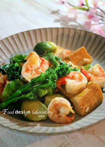 牡蠣を丸ごと使った水餃子のお供には「エビと芽キャベツの中華炒め」をチョイス。厚揚げと芽キャベツを入れることで栄養価も上がりかさ増しもできてしまう一石二鳥のレシピは、彩りもよくテーブルを華やかに見せてくれますよ。