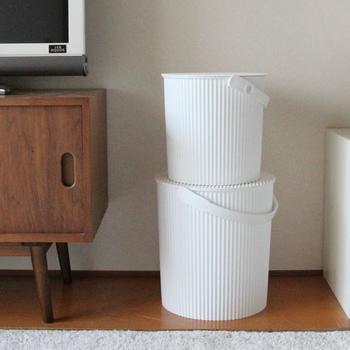 オムニウッティは、段ボールの段々デザインをモチーフに作られたバケツ型の収納ボックスです。真っ白なボックスは、どんなインテリアにも映えるのが魅力的。