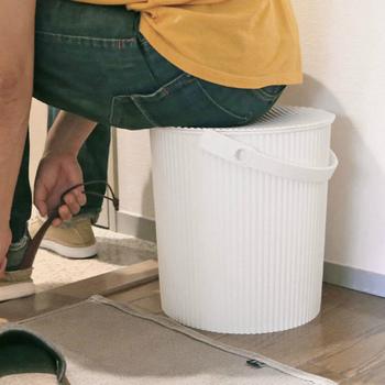 しっかりした蓋が付いているので、収納としてはもちろん、ちょっとした椅子としても使用できます。子連れの来客時に使ったり、玄関に置いて靴を履くときに使用したりと、利用方法はまさに無限大。