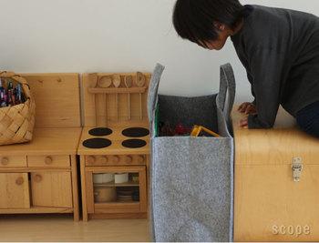 ビッグサイズのホームバッグは、何を入れてもスッキリと収納できるアイテムです。グレーのシンプルな無地デザインで、どんなテイストのインテリアにも馴染みます。