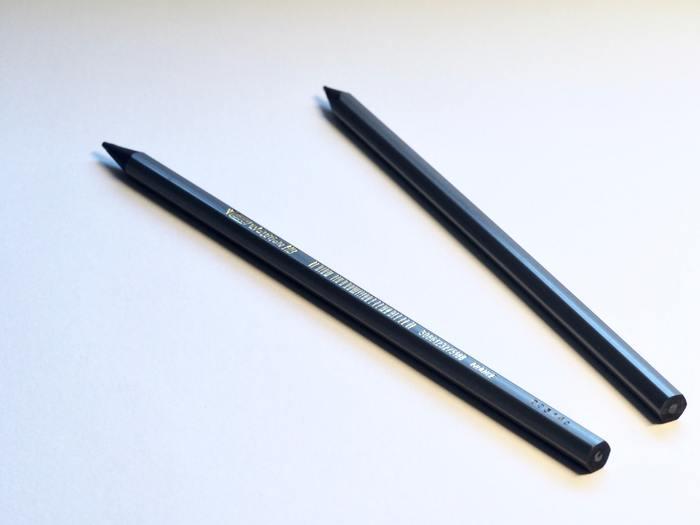 最近えんぴつを使っていますか?手で字を書くこともレアになってきていますが、仕事や学校ではまだまだメモやノートを取るときに、筆記用具を使いますよね。  ちょっと高級なえんぴつを買ってみましょう。ケミカルなペンと違い、書きやすく、字に味わいが出ます。