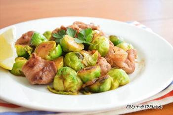 煮て作る煮魚の副菜には炒め物が◎。豚こまをぎゅっと握ってボール状にした豚こまボールと旬の芽キャベツを一緒に炒めたコロコロ可愛いかさ増し副菜レシピです。レモンの酸味とバター醤油の相性は抜群!ご飯がススム一品です。