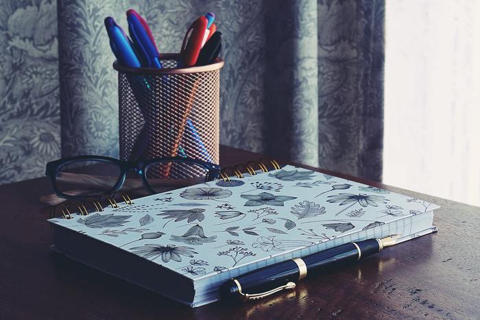 ノートも消耗品なので、ついつい安いもので済ましてしまいがちです。でも大好きなお気に入りのノートがあれば、仕事も勉強もちょっとはかどりそうな気がします。  持つだけでワクワクするようなものを、身に付けましょう。+1000円あれば、いつもよりちょっといいノートが買えます。