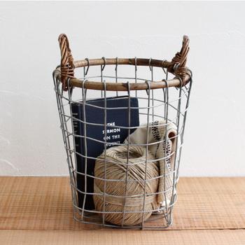ワイヤーづくりのバスケットは、ラタンの持ち手が付いてちょっぴりエキゾチックな雰囲気も。使いかけの毛糸や読みかけの本など、リビングに置いておきたいものをおしゃれに収納できます。