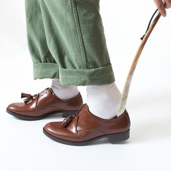 靴ずれの原因は主に2つ。  1つは靴と足のサイズや形が合っていないこと。 2つ目は主に歩き方や歩き方の癖によって靴ずれができることです。  単純な原因のように思えますが、実はこれを解消するのはなかなか簡単にはいかないのです。