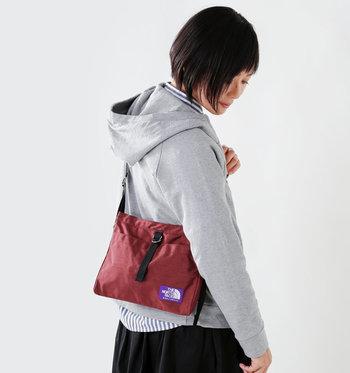 鞄は斜め掛けのショルダーバッグがおすすめ。 お寺の中は意外と狭いところも多いため、リュックなど大きな荷物の場合は、障子などに傷をつけてしまわないよう、手に持つようにアナウンスがある所も。ショルダーバッグにして、両手を空けておくことをおすすめします。
