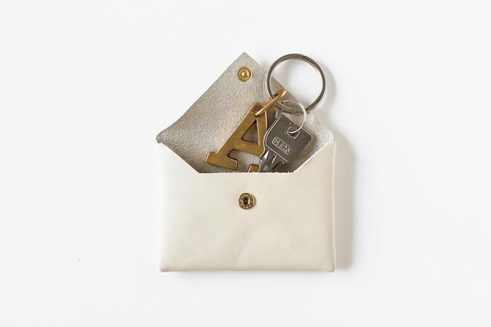シンプルなレザーのカードケース。 ちょっとした小物入れにぴったりです。 スナップボタンと蓋のみのシンプルなデザインで、大人な雰囲気が素敵。
